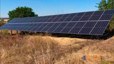 Солнечные панели SolarTeam установлена земле. Вид сбоку.